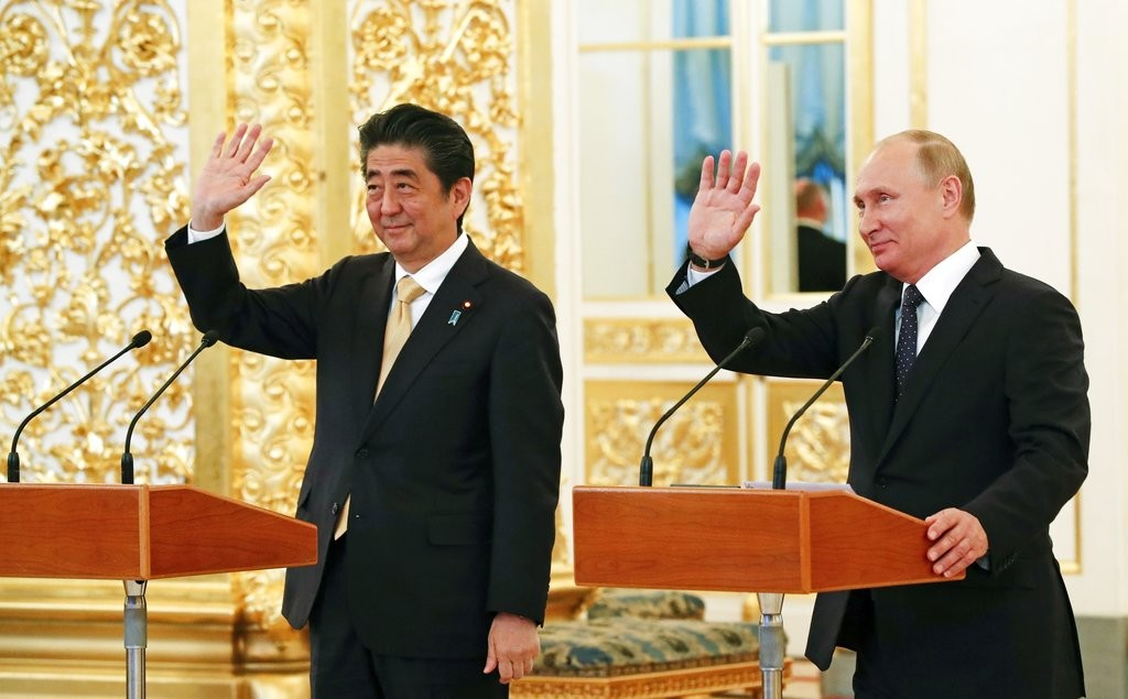 日本首相安倍晉三(左)和俄羅斯總統普丁,在高峰會後舉行記者會(美聯社)