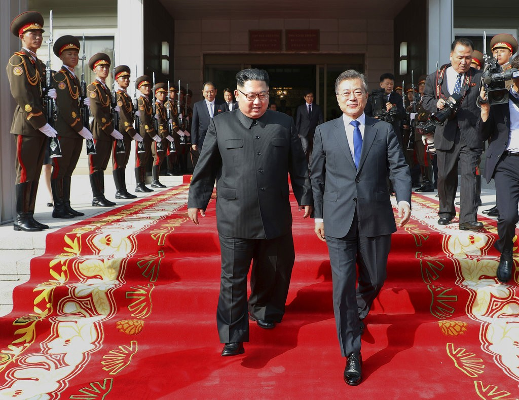 金正恩(左)和文在寅(南韓總統府,美聯社提供)