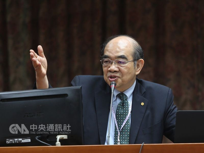 The photo shows the outgoing education minister Wu Maw-Kuen (吳茂昆)