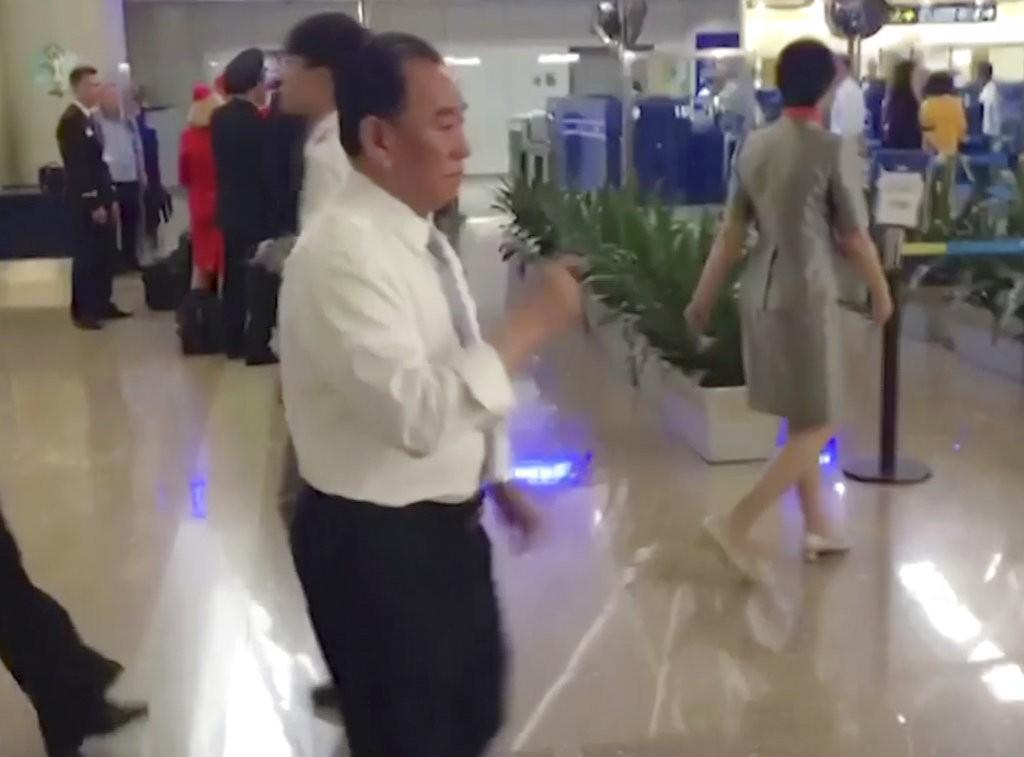 北韓重量級人物金英哲,被發現現在人在北京國際機場(白襯衫者)(美聯社提供)