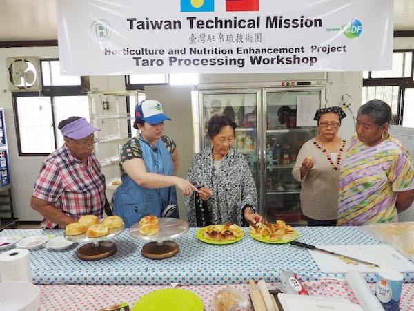 國合會派遣食品加工專家赴帛琉,訓練當地民眾從事芋頭的加工與產品研發(照片來源:國合會提供)