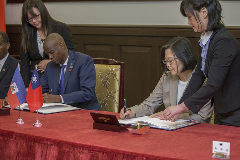 President Tsai Ing-wen and Haitian President Jovenel Moise signed a joint communique on Tuesday (Photo by Office of the President)