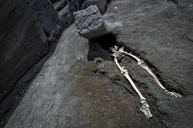 龐貝出土了一具遭大石壓頂的骸骨(圖/美聯社)