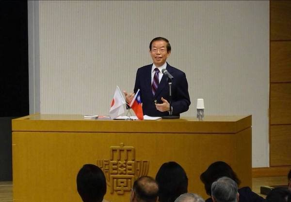 Taiwan representative in Japan Frank Hsieh addressing Meiji University (photo from Hsieh's Facebook page).