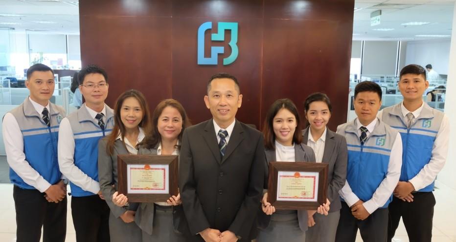 富邦產險越南子公司為首家獲越南財政部頒獎肯定的外資產險公司,富邦產險越南子公司陳正秋總經理(中)與團隊合影。(照片由富邦提供)