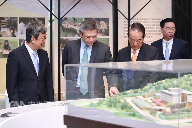 副總統陳建仁(左起)、AIT處長梅健華31日在228國家紀念館,參觀AIT新館模型。右為外交部長吳釗燮,右2為親民黨主席宋楚瑜。中央社