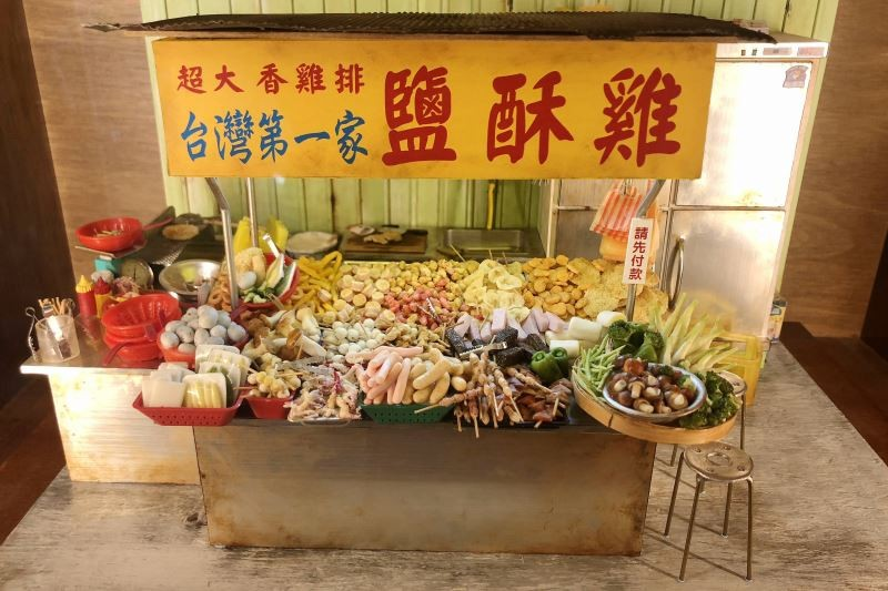 林靜宜、王佳蕙等微型藝術家製作的微型藝術,把常民生活中常見的幾個飲食場景,栩栩如生地呈現。(文化部提供)