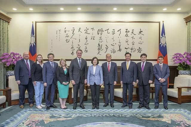 蒲度(左5)一行由AIT台北辦事處處長梅健華(左3)及外交部長吳釗燮(右3)陪同,前來總統府。國安會秘書長李大維也在座。翻攝總統府官網