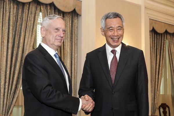 美國國防部長馬蒂斯(左)與新加坡總理李顯龍於新加坡舉行的香格里拉對話合影(照片來源:美聯社提供)