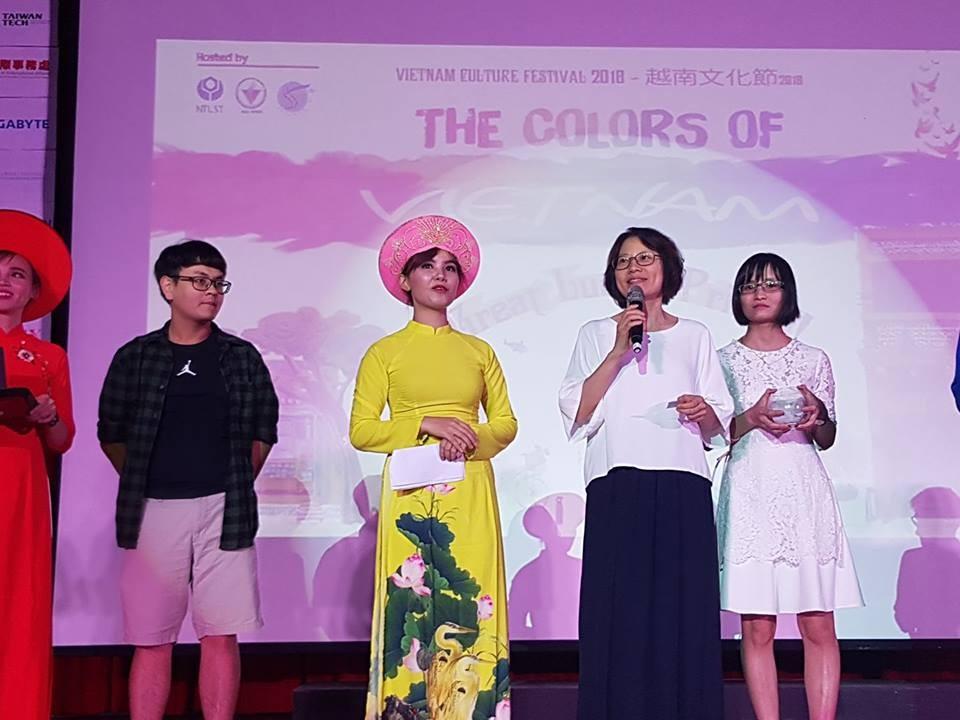 移民署台北市服務站主任黃齡玉 (右2)上台抽獎並與同學同樂(左2為女主持人碧璃)。(移民署提供)