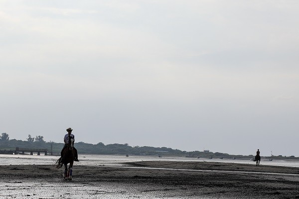 Two men are riding horses along the riverbank of Bali District (Photo courtesy of Andy Ip Gia Thien)