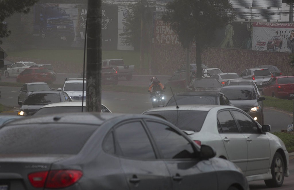 火山爆發後的瓜地馬拉市。可見火山灰嚴重影響視野(美聯社)