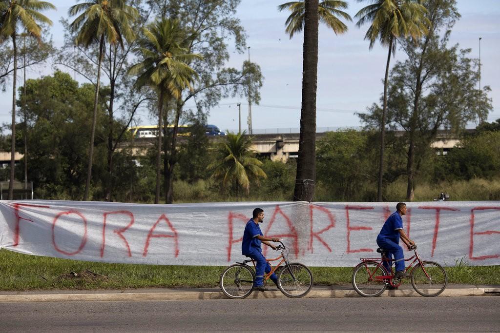 巴西勞工要求國營石油公司辭職的標語(美聯社)