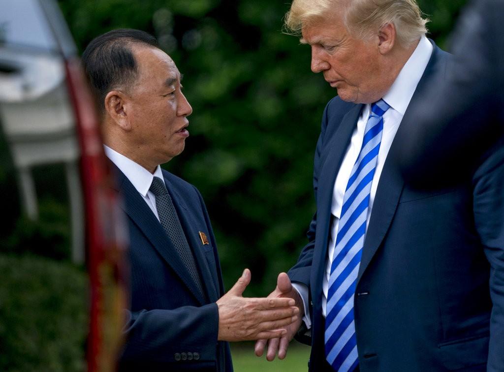2018年6月1日金英哲(左)與川普在華府見面時的照片(美聯社)
