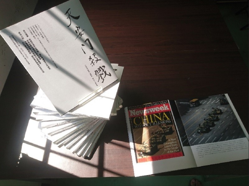 新書「天安門殺戮」收集珍貴報導圖像,並有首次曝光的軍方機密資料,書封由已故中共總書記趙紫陽的秘書鮑彤題字。中央社