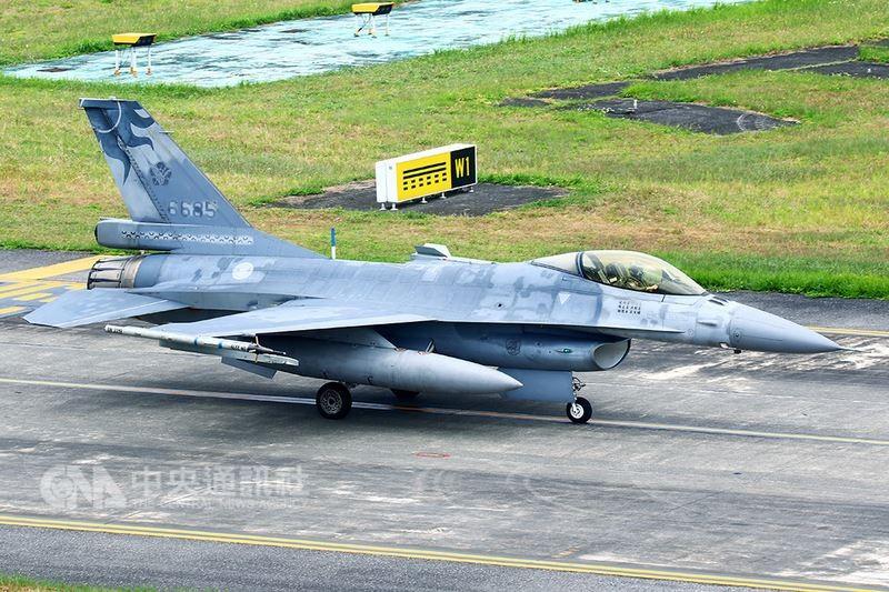花蓮基地一架F-16單座戰機(機號6685號)下午在北部空域演訓時失聯,軍警消皆已動員全力搜救。圖為失聯戰機在花蓮起飛前影像。