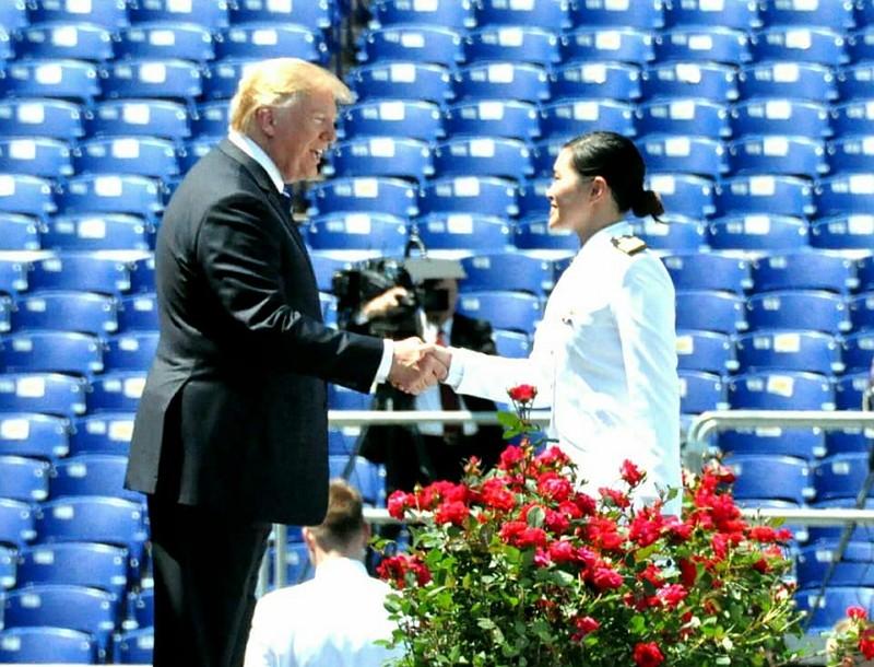 台籍學生胡家琳在美國海軍官校畢業,獲總統川普祝福。(圖片/父親胡元德臉書)