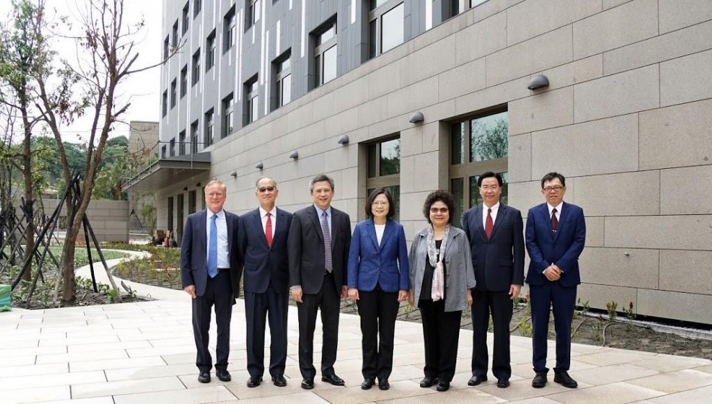 蔡總統一行,在5月中旬,曾應AIT處長梅建華(左3)邀請,提前參觀內湖新館。翻攝AIT官方臉書