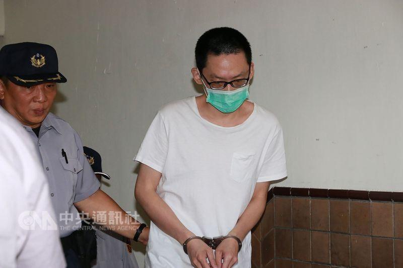 圖為兇嫌王男5日由法警帶領出庭。中央社