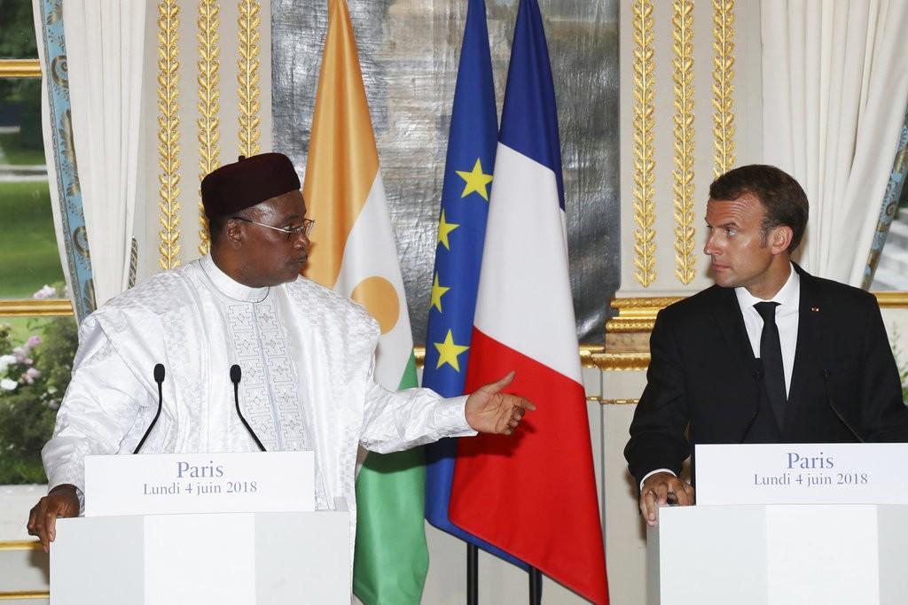 尼日總統伊素福(左)和法國總統馬克宏(美聯社)