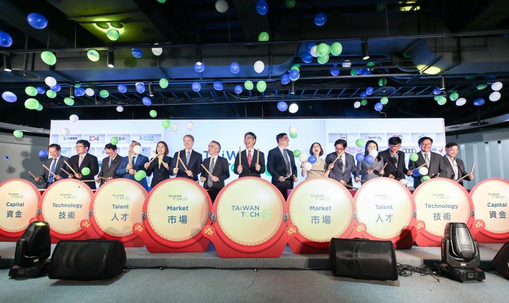 陳良基與諸位駐台代表一同見證Taiwan Tech Arena的開幕典禮。 (照片由科技部提供)