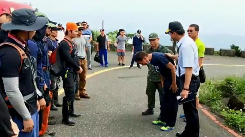 F-16戰機4日墜毀五分山,少校飛官吳彥霆不幸殉職,吳彥霆父親(前右2)6日上午在軍方陪同下到現場招魂,並特地向救災人員鞠躬致敬。中央社