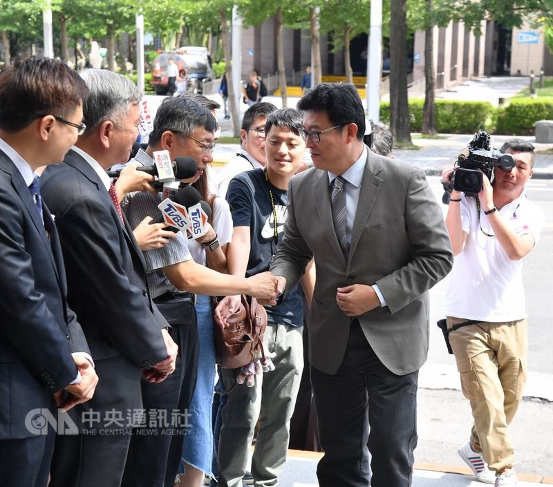 台北市長柯文哲(左3)、民進黨台北市長參選人姚文智(右2)6日一同出席InnoVEX新創特展開幕式,兩人握手致意。中央社