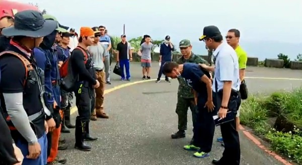 Wu bowing to rescue workers.