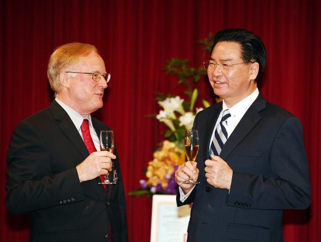 外交部長吳釗燮6日在部內頒贈「睦誼外交獎章」給美國在台協會副處長傅德恩(Robert W. Forden)