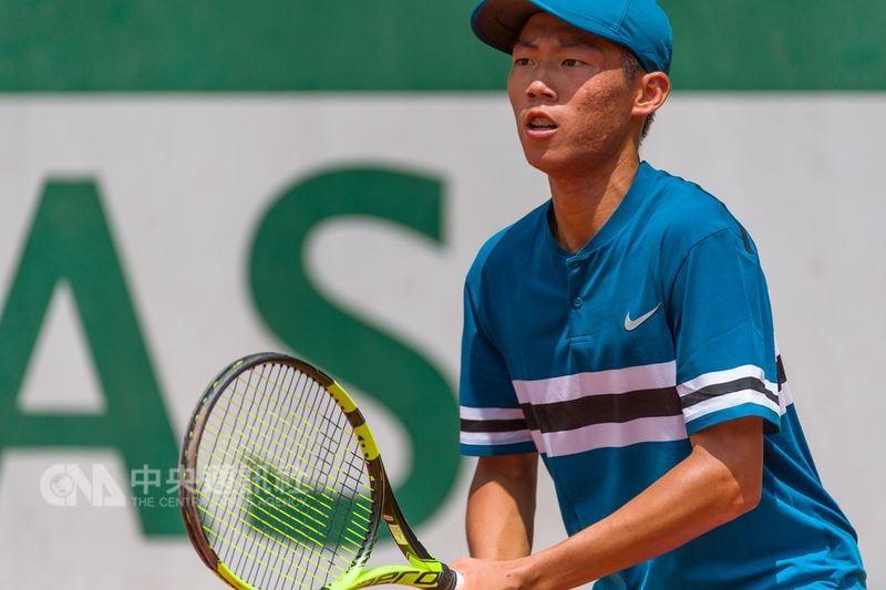 台灣網球小將曾俊欣8日在法網青少年組男單4強戰,以直落二擊敗對手。(中央社)