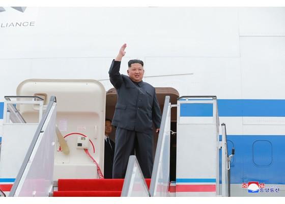 金正恩啓程赴新加坡前,於平壤國際機場(朝鮮中央通訊社,翻攝自勞動新聞)
