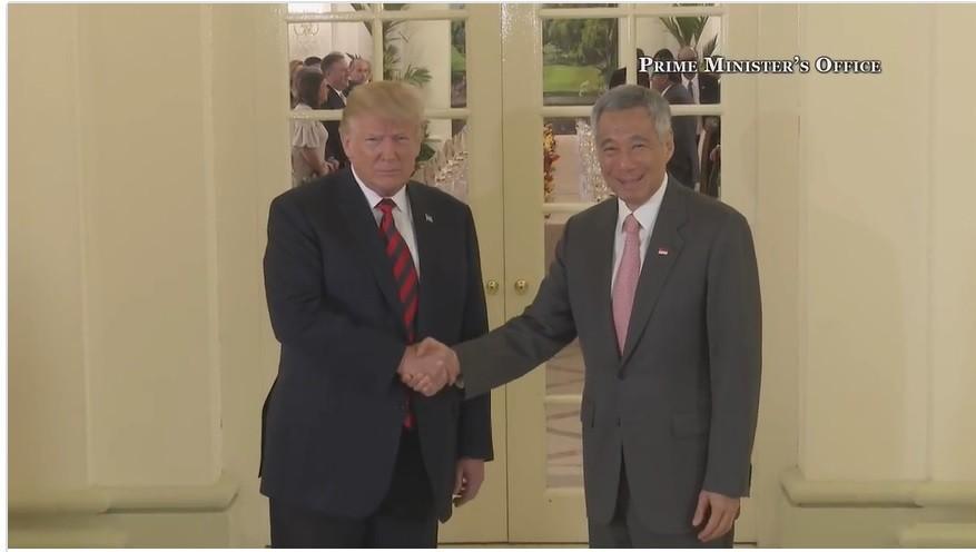 川普(左)與李顯龍(右)進入會場前先握手。翻攝李顯龍臉書