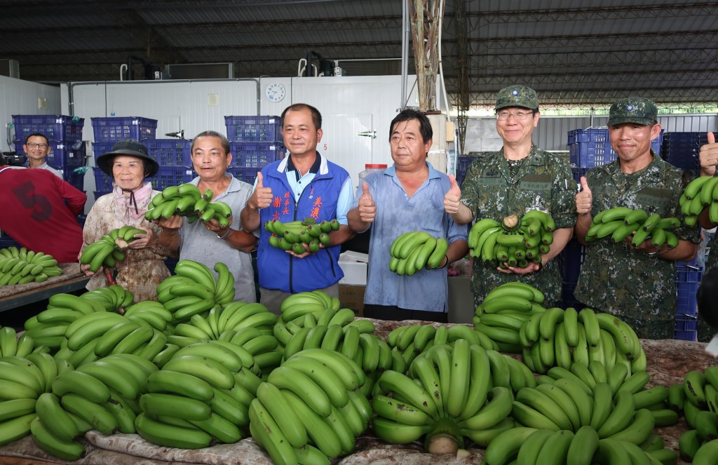8th Army Corps and Meinong District farmer's cooperative pose with bananas