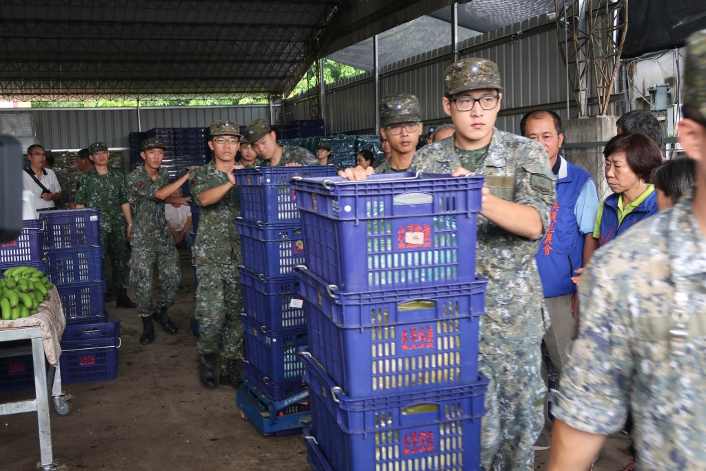 Army buys fruit above market price to support Taiwanese farmers