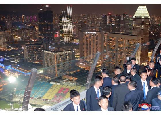 北韓勞動新聞今(2018年6月12)日頭版刊登的新加坡照片(翻攝自勞動新聞網路版)