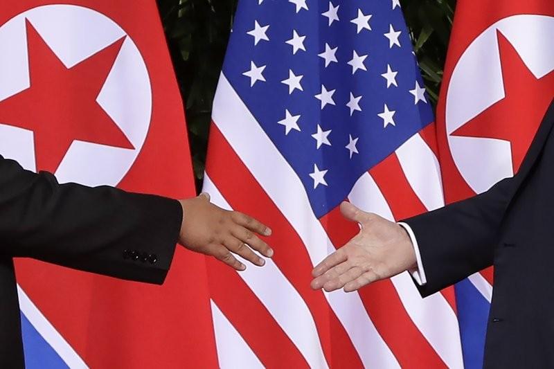 美國總統川普與北韓領導人金正恩握手的歷史性畫面(圖/美聯社)