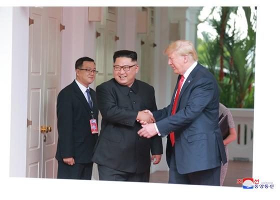 金正恩(左)和川普見面時攝影照片(朝鮮中央通信,翻攝自勞動新聞)