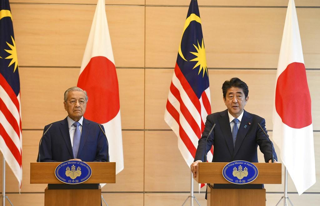馬哈迪(左)和安倍,於2018年6月12日在東京見面(美聯社)