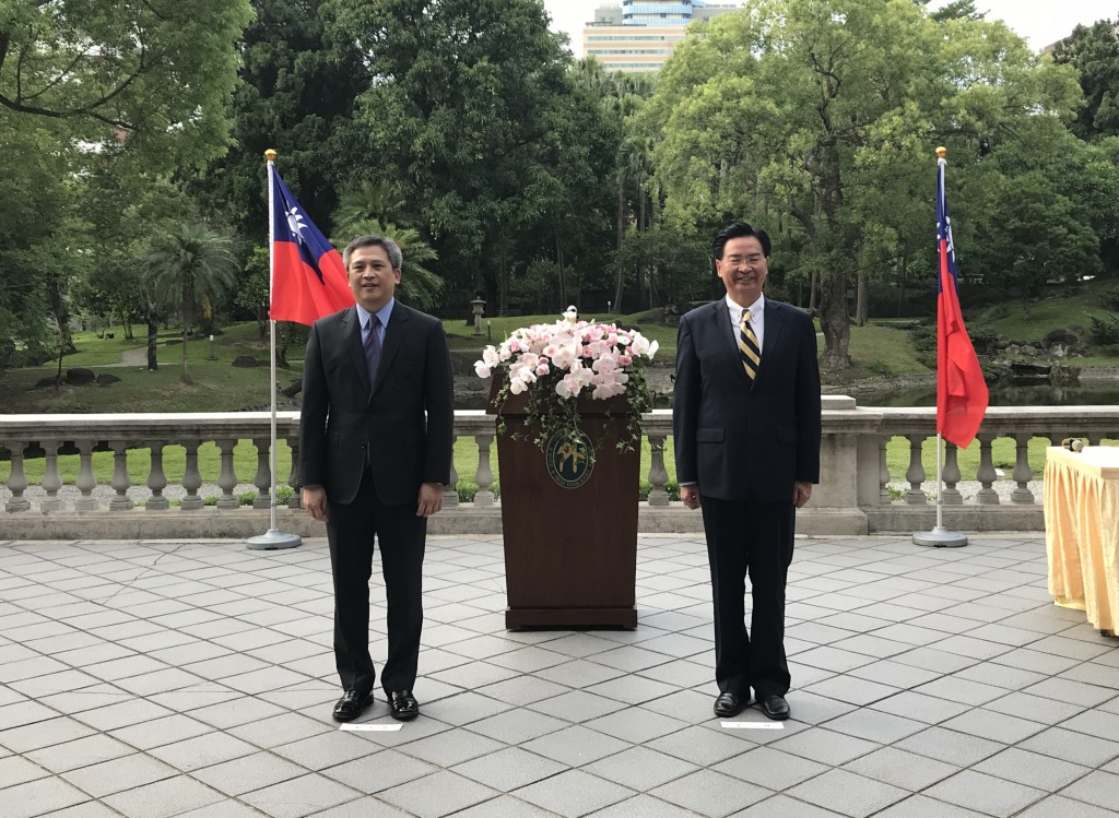 Taiwan's Foreign Minister Joseph Wu confers the Great Medal of Diplomacy on AIT Director Kin Moy on June 13 (Teng Pei-ju)