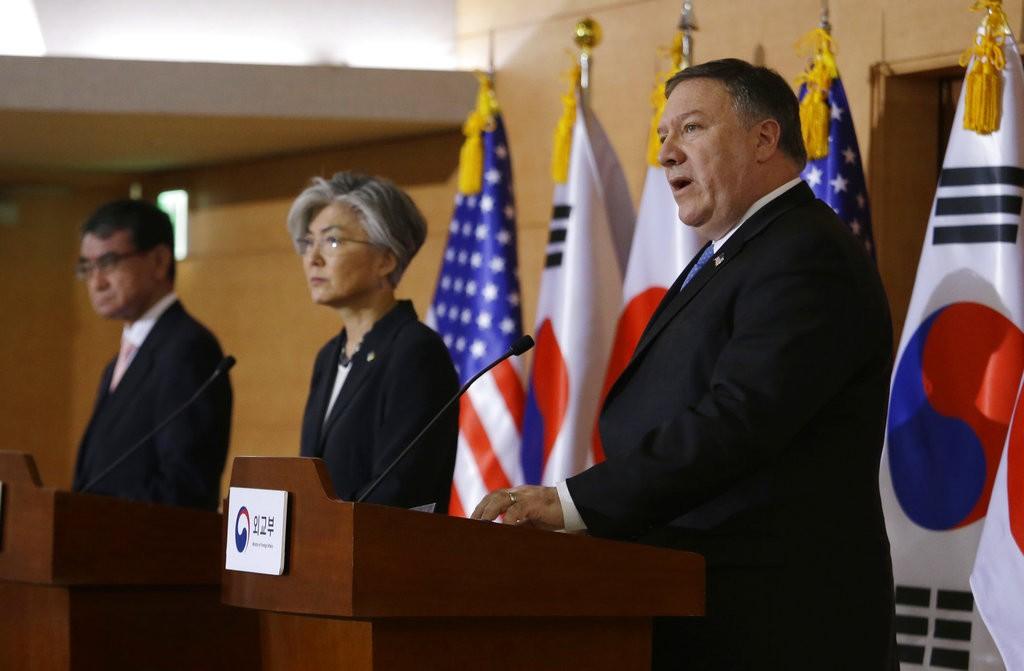 美國國務卿蓬佩奧(右) 14日與南韓及日本外長共同在南韓召開記者會。  (AP Photo/Ahn Young-joon)