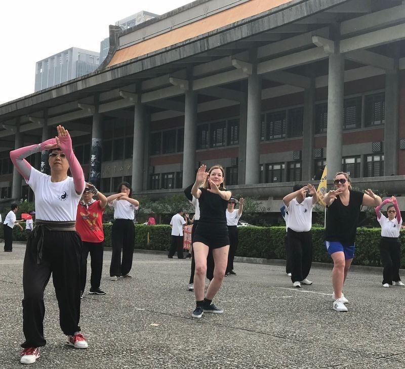 美國主管教育與文化事務的助理國務卿瑪莉羅伊斯(中),13日在國父紀念館與民眾一起打太極拳。翻攝AIT官方臉書