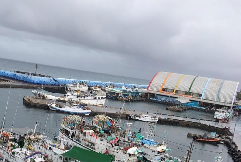 熱帶低氣壓形成,屏東縣14日上午8時起,風雨逐漸加大,東港及小琉球出現長浪,東港到小琉球間的交通船將在下午停駛。(琉球區漁會提供) 中央社