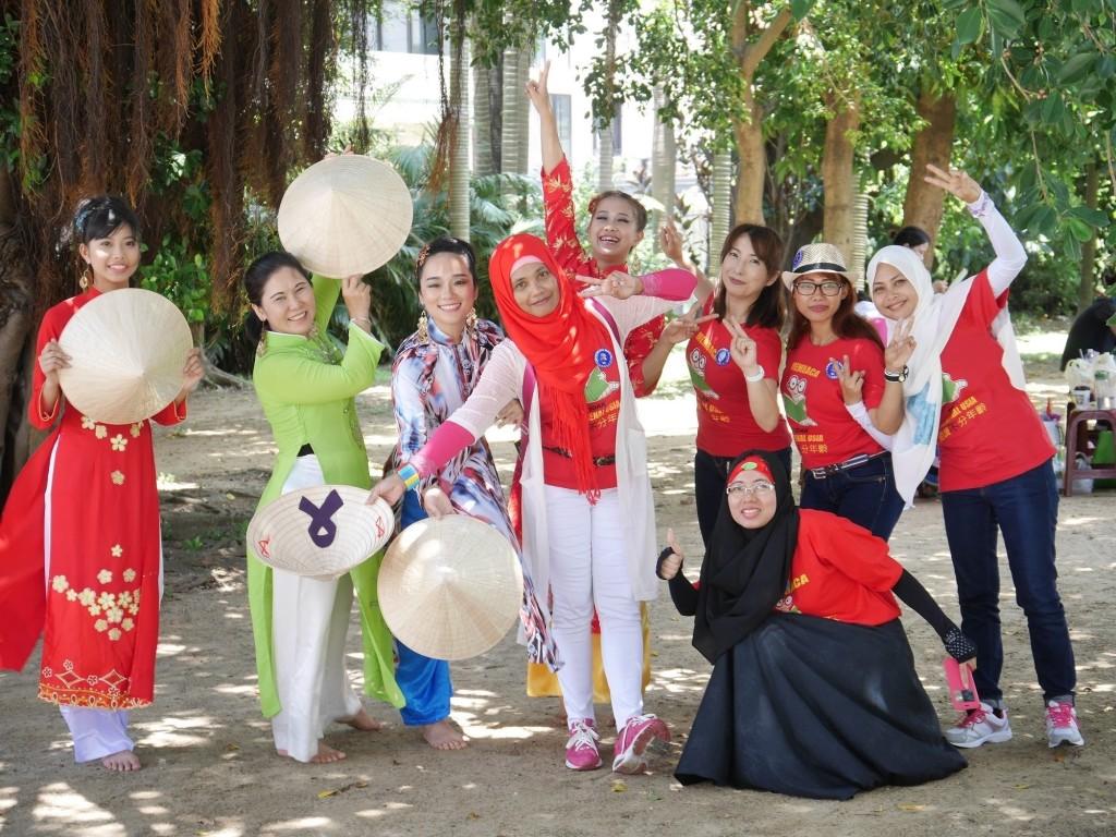 來自印尼的Tantri媽媽教學印尼歌舞。(翻攝自台北市政府)