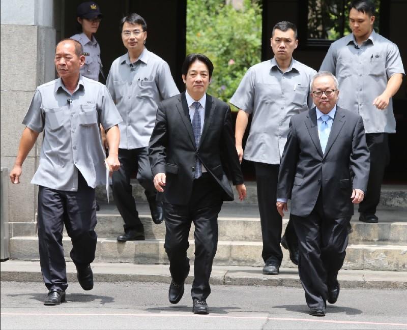 行政院14日舉行院會後記者會,院長賴清德(中)、副院長施俊吉(前右)進入會場,說明金融發展行動方案。中央社