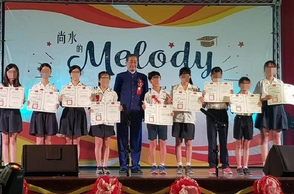 Chang An-lo, the White Wolf, giving the Mayor's Award to students (Image from Chang An-lo's FB group)