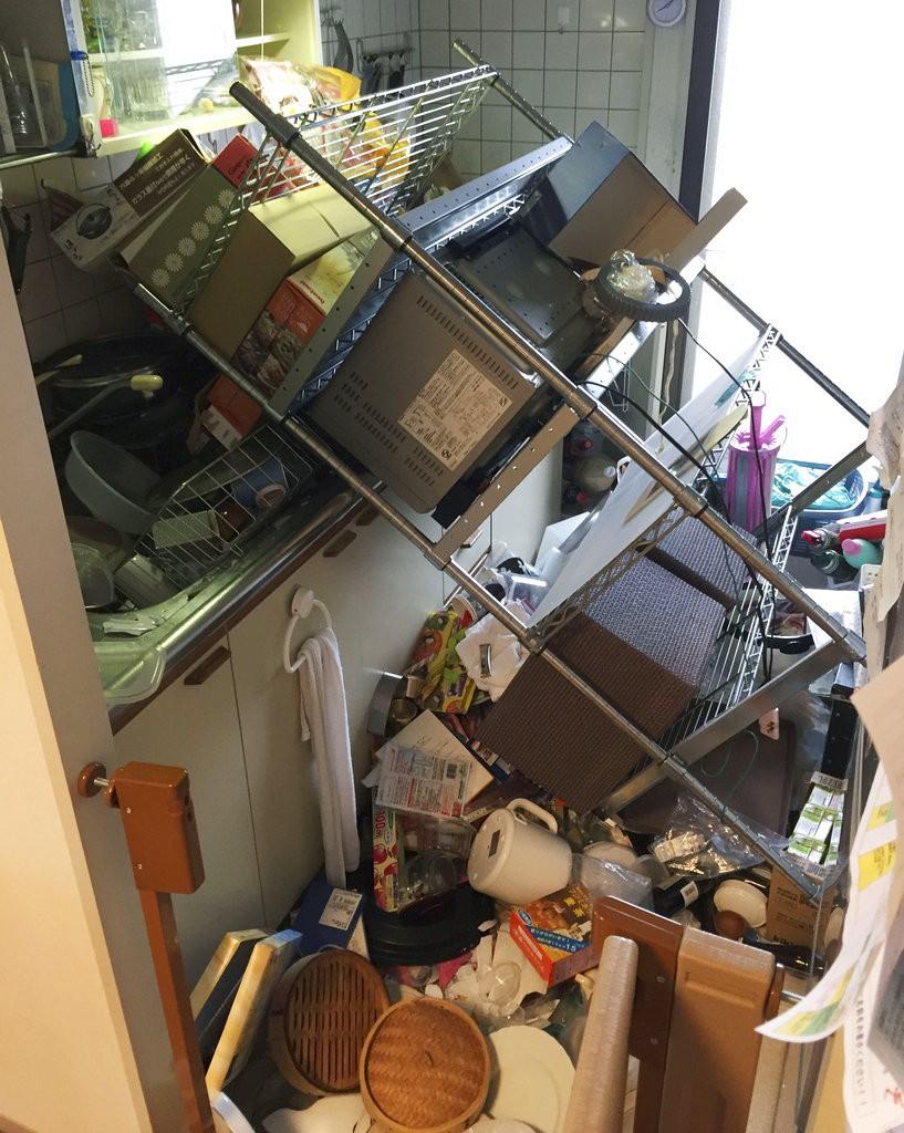 圖為地震後民宅內部混亂情況。美聯社