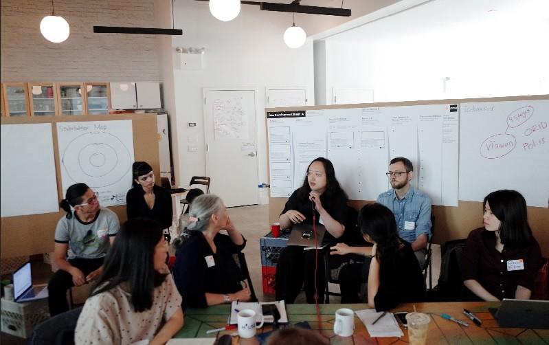 行政院政務委員唐鳳(中間,持麥克風者)上週訪問紐約,與多位開放政府聯絡人,分享台灣數位治理經驗。中央社
