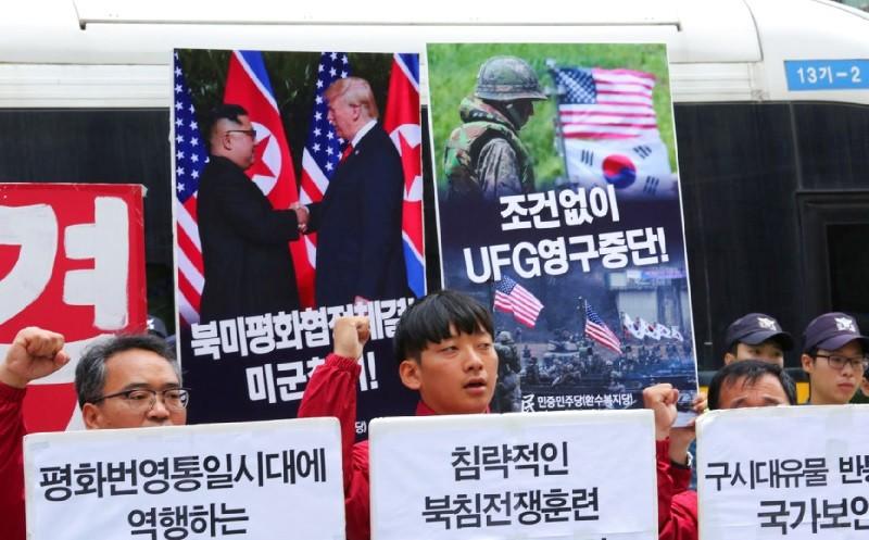 南韓人民民主黨人士,日前在首爾抗議,呼籲取消韓美聯合演習,同時要求美軍撤出南韓。美聯社