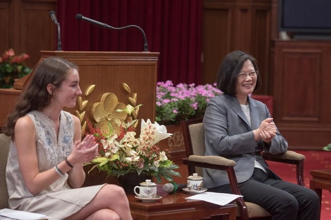 President Tsai Ing-wen (right) and U.S. anti-malaria campaigner Katherine Commale (Photo by Taiwan Today)