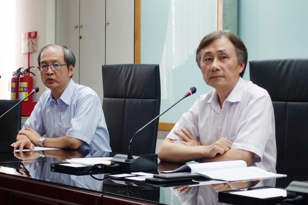 Taipei City Hospital AIDS prevention center director Yen Muh-yong (left) and Taipei City deputy health chief Chen Cheng-cheng.